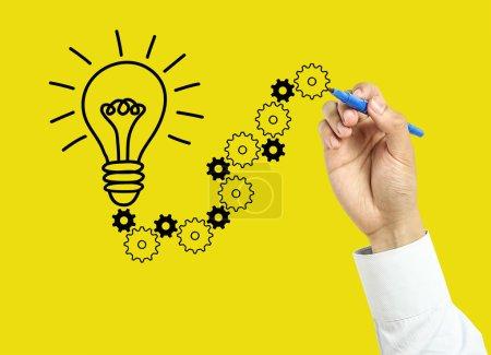Photo pour L'homme d'affaires dessine le concept de solution avec le marqueur sur le panneau transparent avec le fond jaune. - image libre de droit
