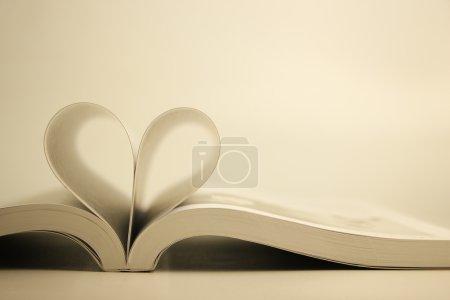 Photo pour Livre ouvert avec la page de coeur sur fond blanc . - image libre de droit
