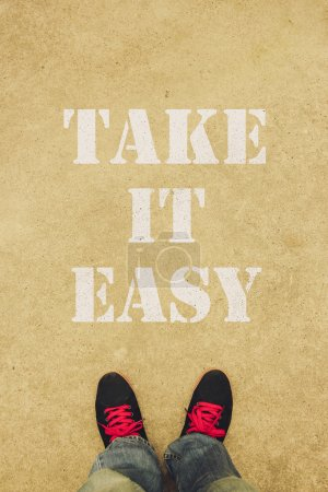 Photo pour Considérer le texte simple est peint sur le sol devant les pieds. - image libre de droit
