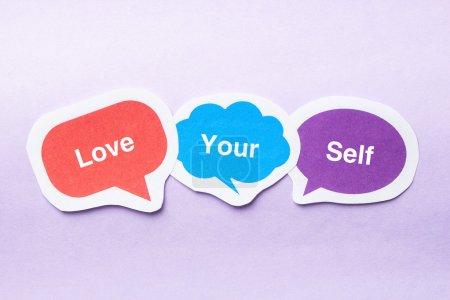 Photo pour Aimez votre concept de soi bulles de papier sur fond violet . - image libre de droit