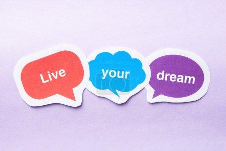 Photo pour Vivez vos bulles de papier rêve concept sur fond violet. - image libre de droit