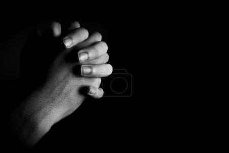 Photo pour Prier les mains est dans l'obscurité avec de la lumière sur les mains . - image libre de droit