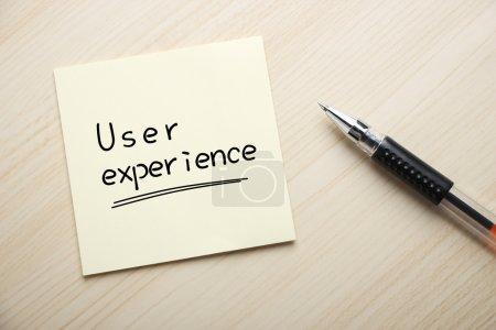 Photo pour Texte Expérience utilisateur écrit sur la note collante avec stylo de côté . - image libre de droit