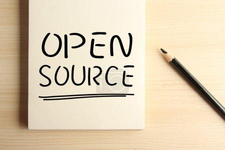 Photo pour Texte Open Source avec soulignement sur le cahier avec un crayon de côté. - image libre de droit