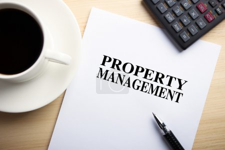 Photo pour Text Property Management est sur le papier blanc avec café, calculatrice et stylo bille de côté . - image libre de droit