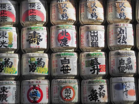 """Photo pour TOKYO, JAPON - 15 NOVEMBRE 2015 : Des tonneaux de saké """"nihonshu"""" ont été donnés au sanctuaire Meiji à Tokyo, au Japon. Les Japonais donnent du saké aux temples et aux sanctuaires en offrande pour les Dieux . - image libre de droit"""