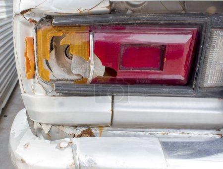 Photo pour Gros plan d'un vieux feu arrière de voiture en verre cassé - image libre de droit