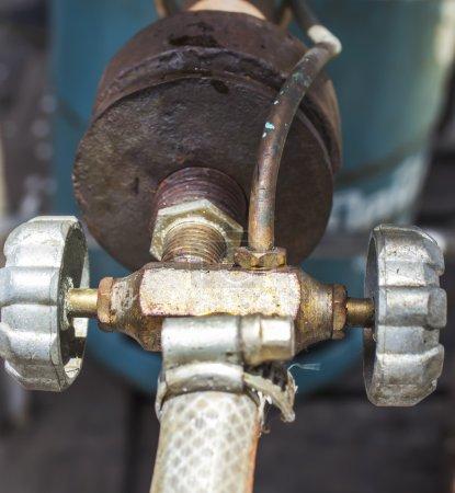 Photo pour Fermez-vous vers le haut de vieille valve de poêle à gaz - image libre de droit