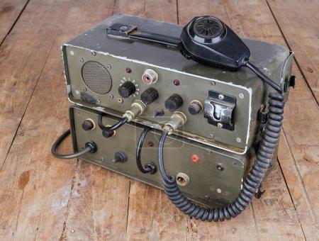 Foto de Vieja radio de jamón amateur verde oscuro en la mesa de madera - Imagen libre de derechos