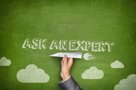 Photo pour Demandez un concept expert sur le tableau vert avec un homme d'affaires main tenant avion en papier - image libre de droit