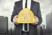 Bezpečnostní prvního textu na helmu se drží co podnikatel