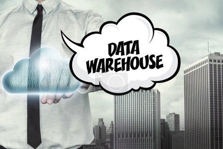 Data Warehouse Text zum Thema Cloud Computing mit Geschäftsmann