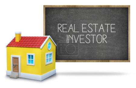 Photo pour Texte investisseur immobilier sur tableau noir avec maison 3d devant tableau noir sur fond blanc - image libre de droit