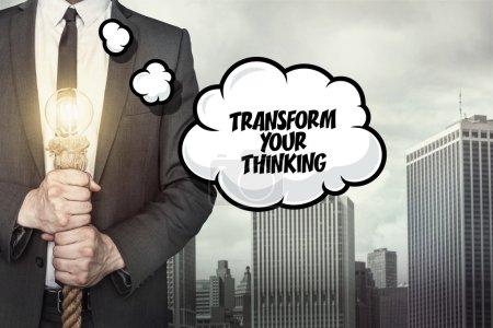 Photo pour Transformer votre texte de réflexion sur la bulle de dialogue avec l'homme d'affaires détenant lampe sur fond de ville - image libre de droit