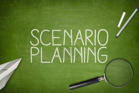 Photo pour Concept de planification de scénario sur tableau noir avec loupe - image libre de droit