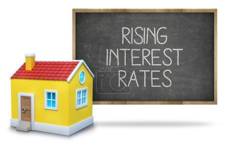 Photo pour Hausse des taux d'intérêt texte tableau noir avec façade de maison 3d du tableau noir sur fond blanc - image libre de droit