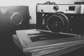 Retro vintage kamery a foto rámečky na dřevěný stůl