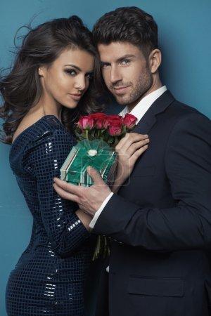 Photo pour Jeune couple attrayant pendant la Saint Valentin - image libre de droit