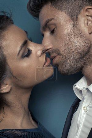 Photo pour Portrait du jeune couple baiser attrayant - image libre de droit