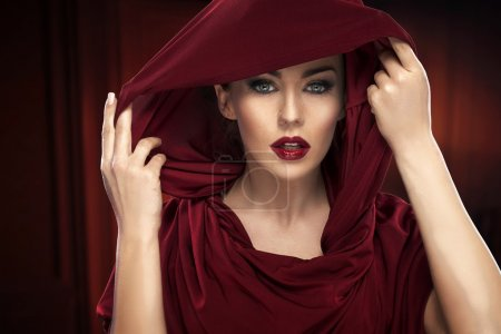 Photo pour Portrait of the lady in deep red - image libre de droit