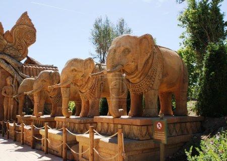 Photo pour Éléphants de pierre, sculptures dans le parc Port Aventura - image libre de droit