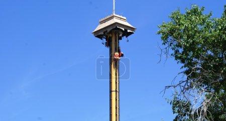 Photo pour Tour de chute libre dans le parc Port Aventura, Costa Daurada - image libre de droit