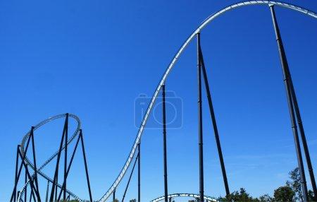 Photo pour Ciel bleu et promenades effrayantes à Port Aventura - image libre de droit