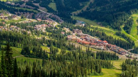 Photo pour Sun Peaks Village dans les hautes terres de Shuswap vu depuis le télésiège en été. Sun Peaks est une station de ski bien connue dans le centre de la Colombie-Britannique et une excellente station toute l'année pour la randonnée, le vélo et le golf en été. - image libre de droit