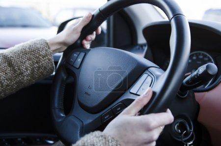 Photo pour Main de conducteur femelle tenant le volant - image libre de droit