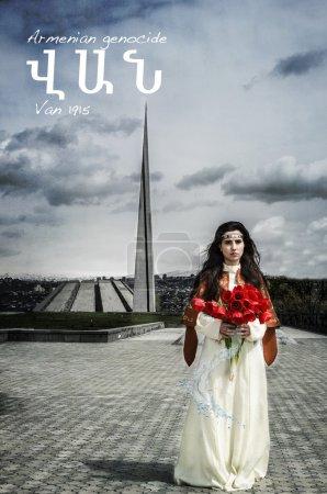 Photo pour Fille avec de belles tulipes rouges debout à Tsitsernakaberd près du mémorial du génocide arménien et impatiente avec tous les noms de villes perdues sur fond - image libre de droit