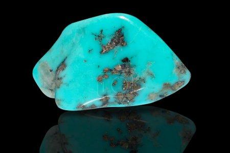 Photo pour Échantillon d'un beau spécimen dégringolé de pierre turquoise d'isolement sur le fond noir - image libre de droit