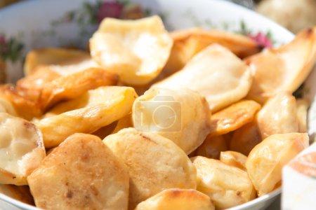Photo pour Pommes de terre sur une plaque ronde sur l'air. - image libre de droit