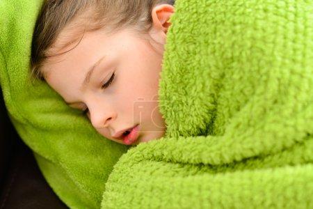 Photo pour Enfant malade. Malade douce petite fille sous une couverture - image libre de droit