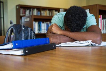 Photo pour Débordé par le travail à domicile étudiant - image libre de droit