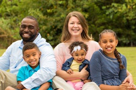 Photo pour Souriant famille afro-américaine et en regardant la caméra. - image libre de droit