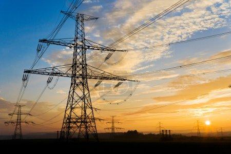 Photo pour Pylône électrique et lignes électriques à haute tension près de la station de transformation au coucher du soleil, République tchèque - image libre de droit