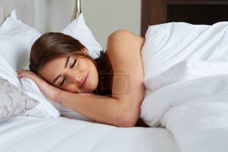 Photo pour Une belle fille dort dans la chambre - image libre de droit