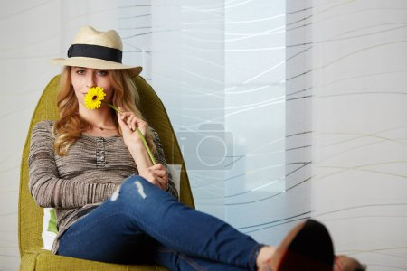 Photo pour Jeune femme à la maison assise sur une chaise moderne devant la fenêtre se détendre dans son livre de lecture salon, instagram tonification - image libre de droit