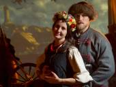 Muž v starý oblek Kozák a ukrajinská dívka v kroji v fvetochnom věnec