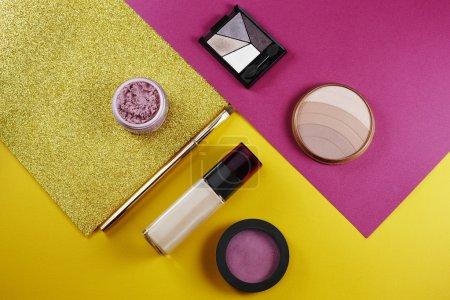 Photo pour Collection de cosmétiques en studio sur fond jaune et rose - image libre de droit