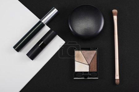 Photo pour Produits de maquillage monochromes en studio - image libre de droit