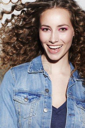 Photo pour Modèle Brunette aux cheveux bouclés, souriant - image libre de droit