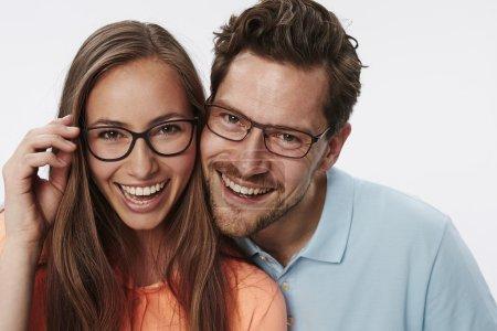 Photo pour Portrait de couple portant des lunettes, studio - image libre de droit