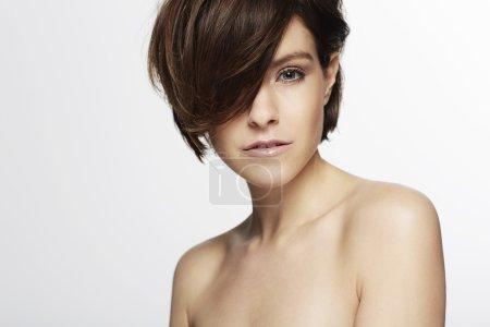 Photo pour Modèle magnifique avec la coupe de cheveux à la mode posant - image libre de droit
