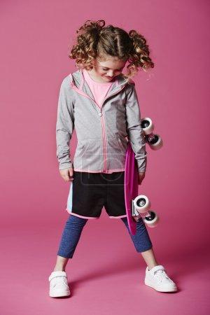 Photo pour Cool jeune fille patineuse regardant vers le bas - image libre de droit