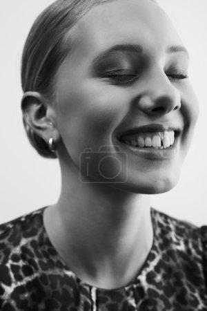 Photo pour Image noire et blanche de femme glamour, planrapproché - image libre de droit
