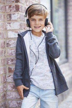Photo pour Jeune garçon avec casque, portrait - image libre de droit