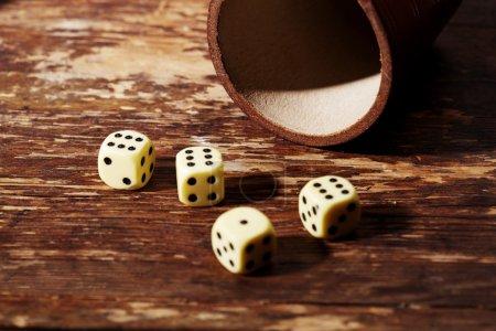 Photo pour Quatre dés montrant six sur la table - image libre de droit