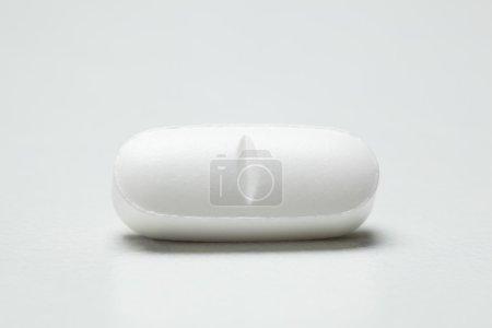 Photo pour Pilule unique sur fond blanc - image libre de droit