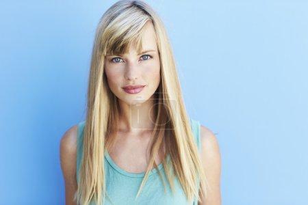 Photo pour Belle jeune femme aux yeux bleu vif - image libre de droit